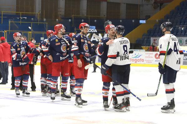 Podávanie rúk po konci semifinálovej série Zvolen - Slovan