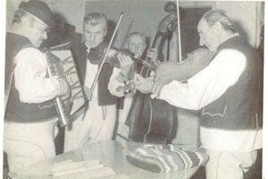 Zmysel pre hudbu a spev bol Ľubeľcom odjakživa daný. Ľudové hudby samoukov pôsobili v obci od r. 1900, hrávali na svadbách a fašiangových podujatiach .  Záber na starú muziku r. 1951.