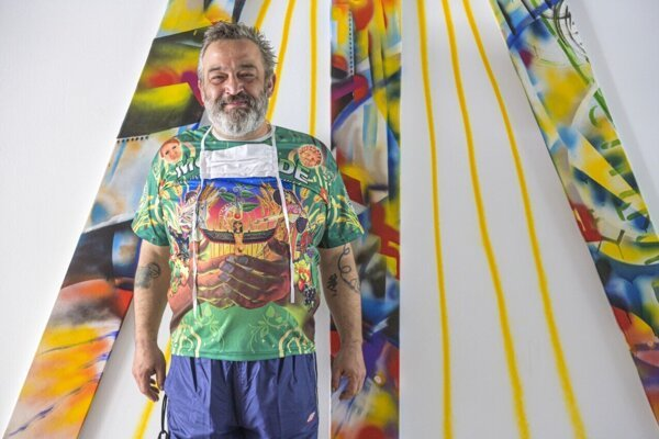 Erik Binder na výstave Z plota sveta vo White&Weiss Gallery.
