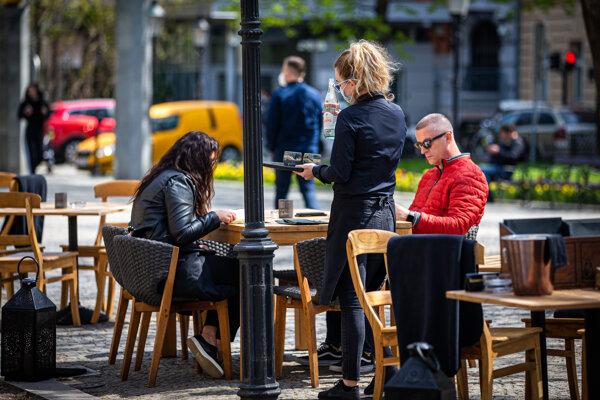Od pondelka mohli na Slovensku otvoriť reštaurácie aspoň svoje terasy.