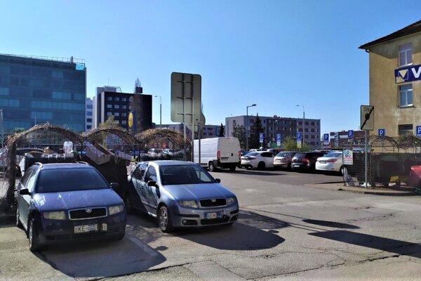 Výjazd pre oba smery plánujú uličkou medzi nákupnými centrami.