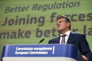 Podpredseda Európskej komisie (EK) Maroš Šefčovič hovorí počas online tlačovej konferencie o právnych predpisoch v sídle Európskej komisie v Bruseli 29. apríla 2021.
