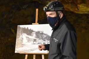 Jozef Čurík pri fotografickej galérii v opálovej bani.