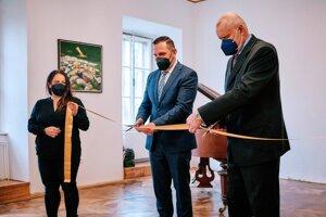 Syn maliara Milan Považan spolu s primátorom Žiaru nad Hronom Petrom Antalom slávnostne otvoril galériu Júliusa Považana.