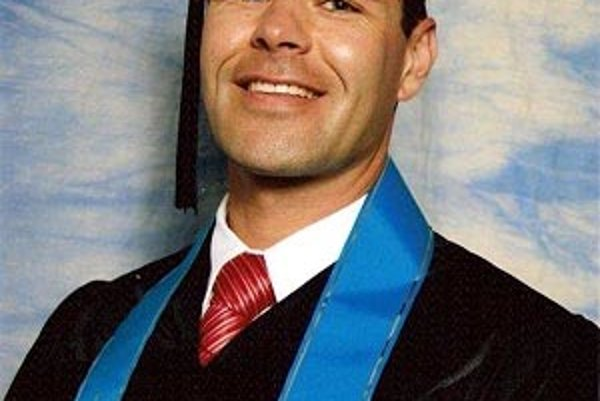 Ján Hubinský má patričné vzdelanie. Jeho oficiálny titul je medzinárodný fitnes profesionál.