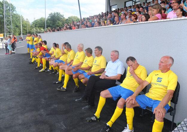 Ondreja Číža (v žltom posledný vľavo) spolu s bratmi Vladimírom a Štefanom obliekli do dresu žiarskych legiend a pozvali otvoriť nový štadión pri Hrone.