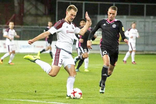 Dávid Valek (pri lopte) odohral jeden zápas aj v najvyššej slovenskej súťaži.