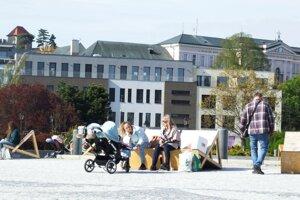 Drevené sedenie na námestí zostane.