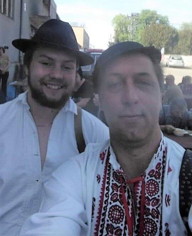 Rastislav Kazár z Podrečian, jediný výrobca ľudových kožuchov v Novohrade, s folkloristom srdcom aj dušou Dominikom Kováčikom (vľavo).