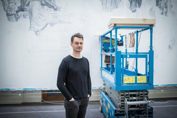 Marcel Mališ pred natiahnutým plátnom obrazu VďakyZdanie československého ľudu v SNG