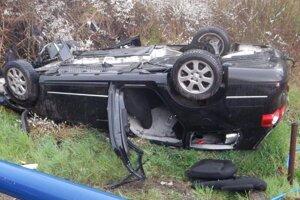Zdemolované auto, v ktorom vyhasol mladý život.