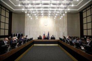 Zľava uprostred: Minister financií SR Igor Matovič, predseda vlády SR Eduard Heger a minister vnútra SR Roman Mikulec počas rokovania 8. schôdze vlády SR.