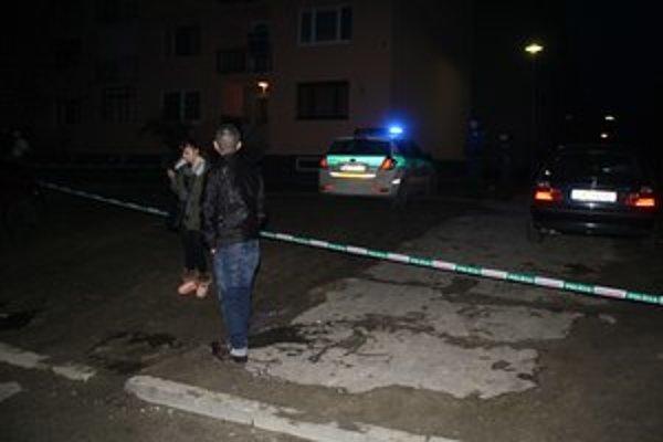 Napadnutý mladík po útoku zomrel, matka sa zrútila a otca vyšetruje polícia. Útočník leží v nemocnici.