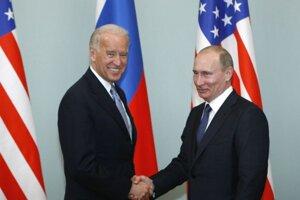 Na archívnej snímke z 10. marca 2011 vtedajší americký viceprezident Joe Biden (vľavo) a vtedajší ruský premiér Vladimír Putin si podávajú ruky počas stretnutia v Moskve.