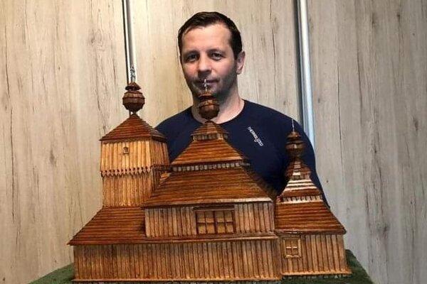 Ján Biroš si doma po večeroch vyrobil do školy kópiu chrámu.