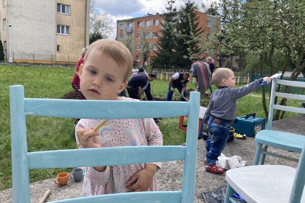 Na prácach v komunitnej záhrade v Priekope sa podieľali aj najmenší.