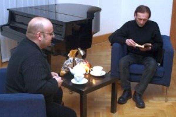 Sprava spisovateľ Agda Bavi Pain a moderátor Dado Nagy.