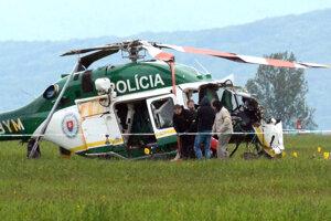 Vo vraku vrtuľníka boli dvaja hasiči a dvaja policajti.
