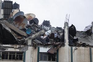 Trosky budovy, ktorú zasiahol izraelský nálet.