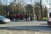 Na Levočskej ulici sa na stredový ostrovček nezmestila skupina chodcov. Na zelenú tam musia čakať v strede štvoprúdovky.