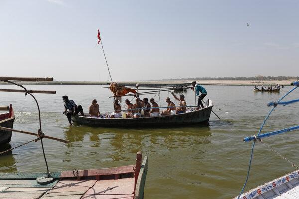 Hinduisti prichádzajú roztrúsiť popol príbuzného, ktorý podľahol ochoreniu COVID-19 na sútok riek Jamuna a Ganga, ktoré sú pre nich posvätné v indickom meste Allahabád v nedeľu 25. apríla 2021.
