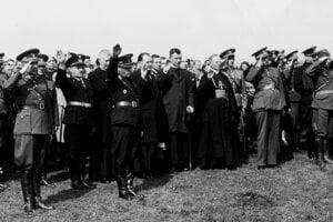 Ján Vojtaššák (v biskupskej reverende) spoločne s veliteľom Hlinkovej gardy Alexandrom Machom (v popredí s gardistickým dvojkrížom na uniforme) a vojakmi, ktorí prepadli s nacistami Poľsko.