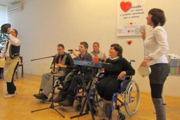 V sále KOS sa svojimi umeleckými výkonmi predstavili postihnuté deti a mladí ľudia.