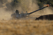 Izraelská delostrelecká jednotka strieľa smerom k cieľom v pásme Gazy.