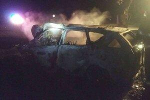 Vrak auta po uhasení požiaru.