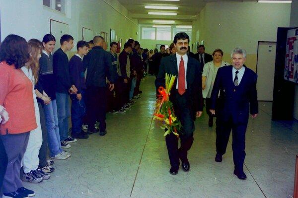 Milan Ftáčnik ako minister školstva na návšteve Stredného odborného učilišťa obchodu a služieb v Martine. Vedľa neho Ľudo Lettrich, vtedajší riaditeľ školy.