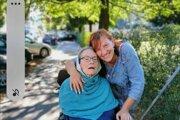 Opatrovateľka Emília s pani Ingrid, o ktorú sa už sedem rokov s láskou stará.