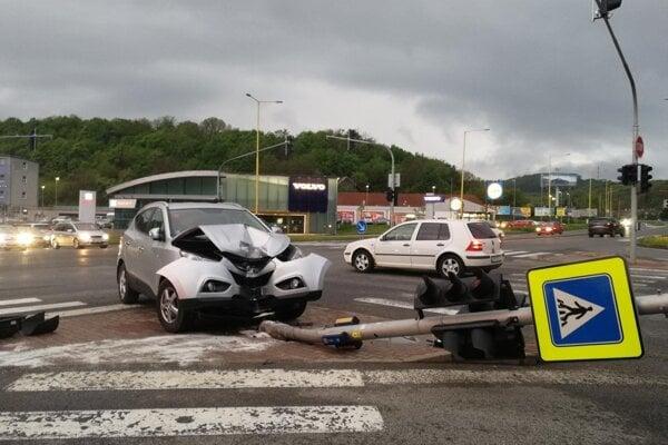 Auto zdemolovalo stĺp a vyradilo tak semafory.