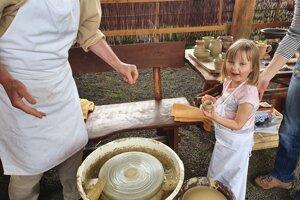 Malí aj veľkí návštevníci mali možnosť vyskúšať si hrnčiarske remeslo.