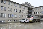 Časť nového parkoviska v Nemocnici s poliklinikou (NsP) v Ilave blokuje niekoľko nákladných vozidiel.