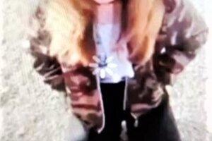 Kľačiace dievča dostalo od iného dievčaťa kopanec do tváre. Video z incidentu kolovalo po internete.