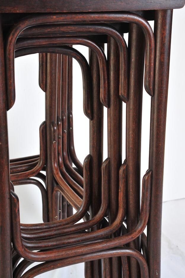Sada stolíkov z ohýbaného dreva od firmy Gebrüder Thonet (Fond Hornonitrianskeho múzea v Prievidzi)