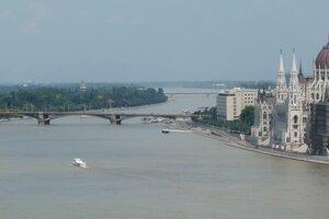 Parlament a Margitin ostrov, Budapešť.