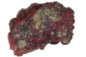 Vzorka červeného trinititu, ktorý obsahoval objavený kvázikryštál.
