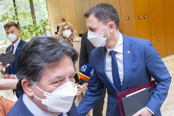 Premiér Eduard Heger a v popredí minister životného prostredia Ján Budaj.