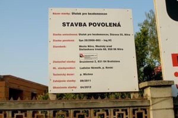 Na tabuli, ktorá je umiestnená na stavbe, je pri termíne ukončenia napísaný apríl 2012.