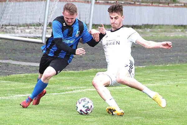 Martin Branický (v bielom) patril v prvom polčase medzi najlepších hráčov Námestova na ihrisku.