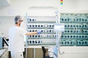 Robotický automat pripraví lieky pre pacientov za extrémne krátky čas.