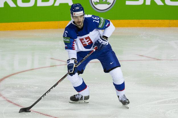 Tri hokejky namiesto trojvršia ako aj celé logo SZĽH na dresoch reprezentácie zo šampionátu v Rige nie je