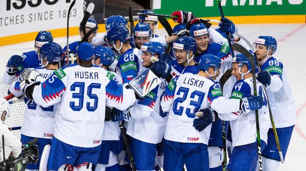 Radosť slovenských hokejistov po triumfe v zápase Slovensko - Rusko na MS v hokeji 2021.