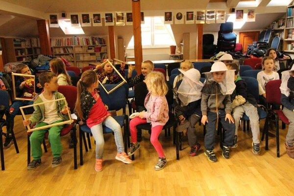 Školy sa snažia prilákať deti rôznymi aktivitami. na fotografii malí včelári zo ZŠ P. Škrabáka.