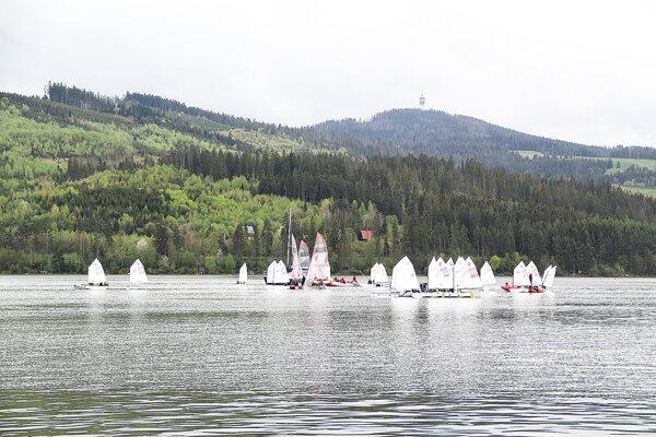 Na vode Oravskej priehrade súťažila takmer päťdesiatka detí.
