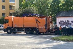 Vozidlo TSMP zabezpečujúce zber a zvoz odpadu.