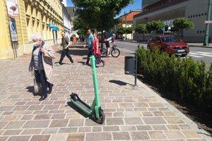 Zdieľaná doprava sa stáva bežnou súčasťou miest na východe Slovenska. Okrem výhod však prichádzajú aj problémy.