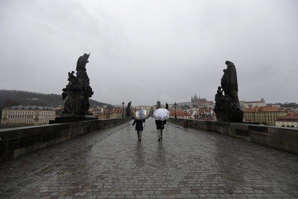 Chodci na Karlovom moste v Prahe.
