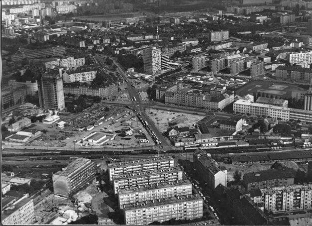 Trnavské mýto v druhej polovici 60. rokov. Istropolis (Dom odborov ROH) sa už stavia, vľavo dole súčasne ešte stojí Berchtoldov palác.